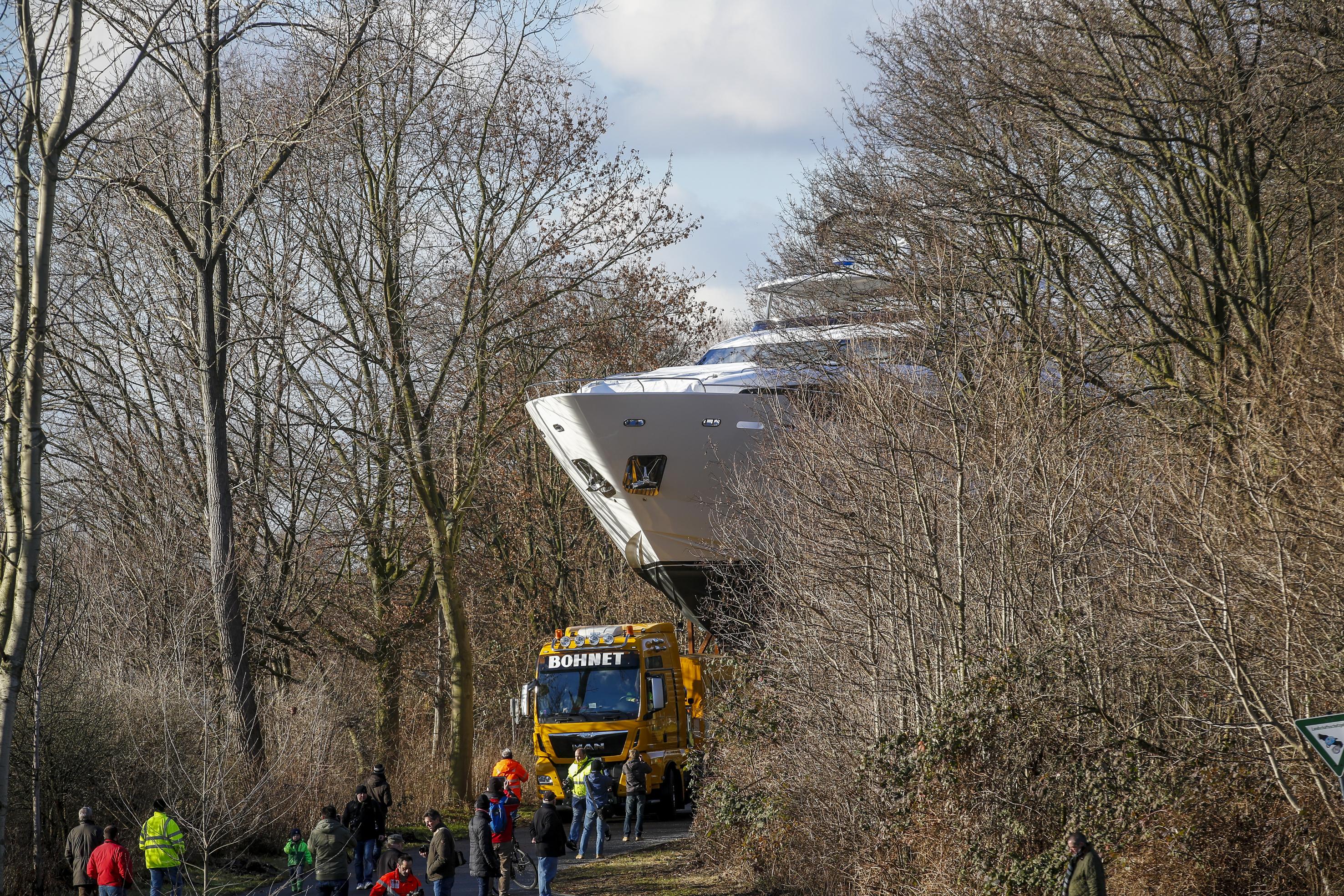 Das neue Jahr beginnt in Düsseldorf mit einem spektakulären Schiffstransport: auf einem 110 Meter langen Ponton reisen sieben Luxus-Motor- und -Segelyachten zur boot 2017. Die Schwergewichte haben vom 21. bis 29. Januar ihre temporäre Heimat in der Halle 6 und der Halle 16 und präsentieren sich dort den staunenden Besuchern. Star des Transports ist die Princess 30M (99 Fuß). Die stolze Prinzessin – auf der boot in der Halle 6/Stand B21 zu bestaunen - aus dem Vereinigten Königreich ist gleichzeitig auch die größte und mit einem Einstiegspreis von 7,4 Millionen Euro auch die teuerste Yacht, die es auf der boot zu sehen gibt. Nicht minder schön und schnittig sind die Italienerinnen aus den Azimut (Halle 6/Stand D57/D58) und Ferretti (Halle 6/Stand D27/E21) Werften. Die Azimut Magellano M66 (20,15 Meter) kostet 1,85 Millionen Euro, die Azimut 72 (22,64 Meter) wechselt für 2,75 Millionen Euro den Besitzer, die Azimut 77 S (23,6 Meter) gibt es für 3,3 Millionen Euro und der Preis für die Ferretti 700 Yachts (21,58 Meter) liegt bei 2,43 Millionen Euro. Hinzu kommt mit der Monte Carlo 70 (21,3 Meter) für über 3 Millionen Euro ein französisch/italienisches Schmuckstück (Halle 6/Stand B27). Ebenfalls an Bord ist die britische Oyster 675 (21,07 Meter). Das klassisch-schöne Segelschiff (Halle 16/Stand C58) kostet 2,48 Millionen britische Pfund (umgerechnet ca. 2,92 Millionen Euro). Die Schiffe traten ihre Reise über den Rhein am 2. Januar im niederländischen Rotterdam an. Für die nötige Antriebskraft sorgte Schubschiff Catherina 4, dass das Ponton mit einer maximalen Schubkraft von 4,7 Knoten (8,7 kmh) in etwas mehr als drei Tagen zum Düsseldorfer Messeanleger transportierte. Am frühen Donnerstagmorgen erreichte es mit seiner wertvollen Fracht sein Ziel. Dort waren die erfahrenen Transporteure des Logistikunternehmens Kühne und Nagel schnell zur Stelle und bauten eine Transportbrücke von der Düsseldorfer Messerampe zum Ponton.  Über eine Seilwinde wurden die Schiffe einzeln auf