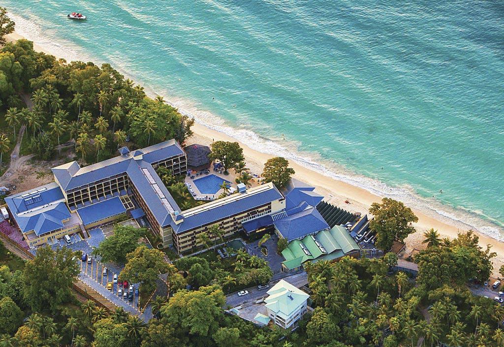 Готель Coral Strand Smart Choice розташований на Бо Валлоні – найкращому пляжі острова Мае. У готелі гарна атмосфера і розкішне харчування. Вартість номера на двох – від 180–200 доларів на добу без харчування до 280–300 доларів на добу зі сніданком та вечерею