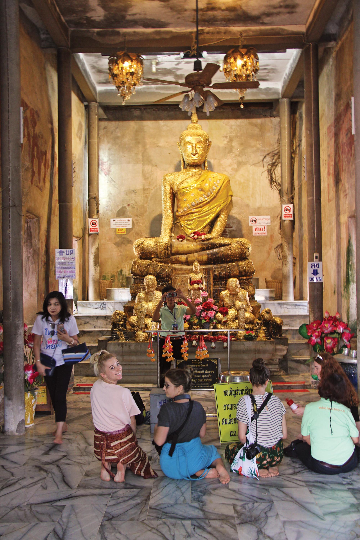 Золотий Будда у храмі в дереві